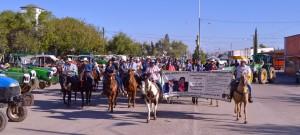 Inicia la cabalgata rumbo al cementerio en el que se encuentran los sepulcros de Ismael y Manuelita. Fotografía de Bryan. Soto