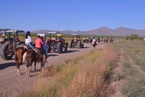 En caballos y tractores los dolientes se dirigen al cementerio en el que se encuentran los sepulcros de Ismael y Manuelita. Fotografía de Bryan Soto.