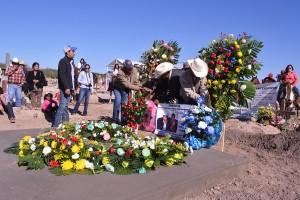 Campesinos barzonistas ponen coronas en la tumba donde se encuentran Ismael y Manuelita. Fotografía de Bryan Soto.