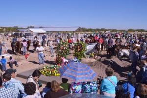 Barzonistas, derechohumanistas y gente del ejido Benito Juárez rinden homenaje a Ismael Solorio y Manuelita Solís. Fotografía de Bryan Soto.