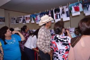 """Exposición de fotografías """"Nuestras raíces. El Ejido se lleva en las venas"""" de la comunidad del Ejido Benito Juárez en el marco del tercer aniversario de Ismael Solorio y Manuelita Solís. Fotografía de Bryan Soto."""